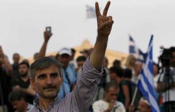 Ciudadanos griegos celebran el triunfo del NO