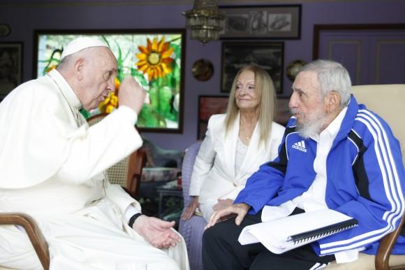 El-Papa-habla-con-Fidel-580x386