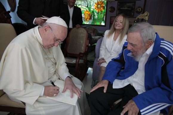 Encuentro-Papa-con-Fidel-Francisco-dedica-libro-580x386