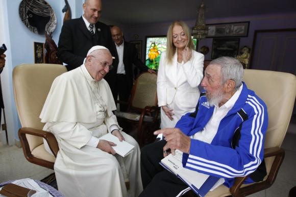 Fidel-y-el-Papa-conversan-animadamente-580x386