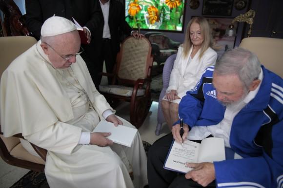 Fidel-y-el-Papa-Francisco-dedicatoria-de-libro-por-Fidel-580x386