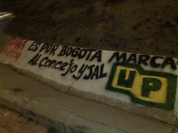 Aviso vistoso en calle principal de Sierra Morena