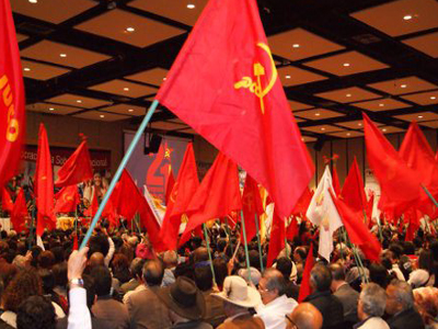 Banderas del PCC  bien en alto or la paz y los cambios
