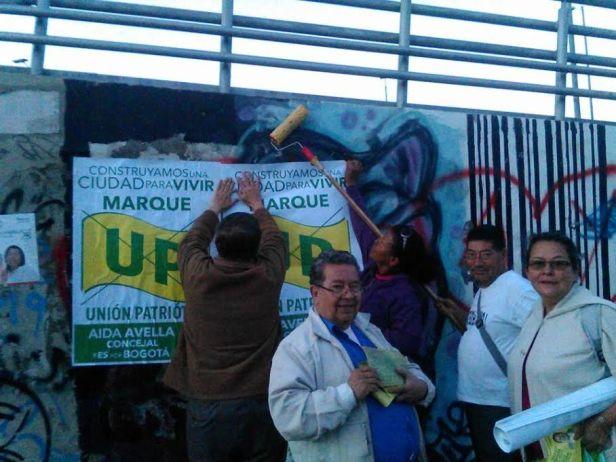 Hector Lozano y un grupo de trabajo voluntario