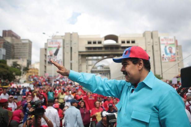 """CAR01. CARACAS (VENEZUELA) 14/05/2016.- Fotografia cedida por prensa de Miraflores del presidente venezolano, Nicolás Maduro, quien participa hoy, sábado 14 de mayo de 2016, en un acto de Gobierno en Caracas (Venezuela). Miles de chavistas volvieron a marchar hoy en la capital en respuesta al llamado del Gobierno a respaldar la """"revolución bolivariana"""", manifestación que coincide con una concentración opositora para pedir celeridad en la activación de un referendo revocatorio del mandato de Nicolás Maduro. EFE/PRENSA MIRAFLORES/ NO VENTAS/ SOLO USO EDITORIAL"""