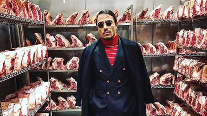 Nusret Gökçe, el chef turco conocido por salar la carne de una manera particular.